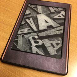 [レビュー] Kindle にスキンシールを貼ってみた。軽さを保ちつつ表面を保護していい感じ